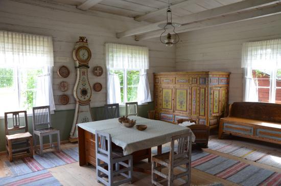 Martingården: Utställning av bruksföremål och möbler dekorerade med det unika Överkalix-måleriet.