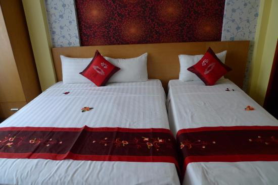 Madame Moon Hotel : Our beds have Petals!