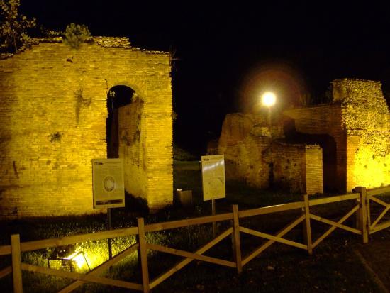 Anfiteatro Romano: Римский амфитеатр в подсветке