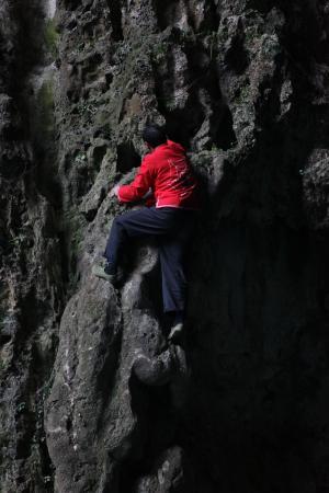 Ziyun County, China: 岩を上るスパイダーマン