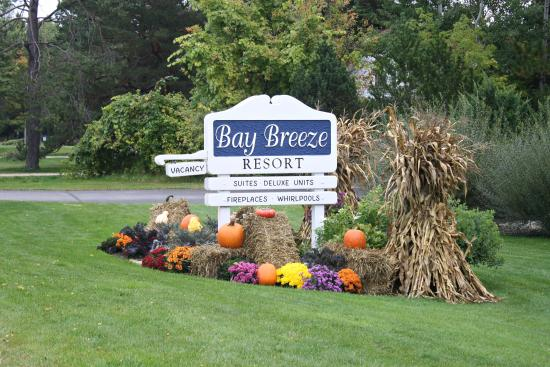 Bay Breeze Resort: sign from the road