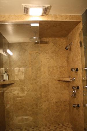 Bay Breeze Resort: Kohler rain shower