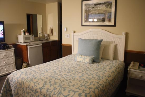 Bay Breeze Resort: comfortable queen bed