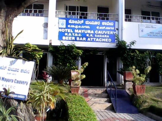 Hotel Mayura Kauvery KRS: Entrance - open air parking right where the photo is taken from