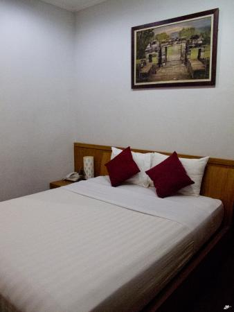 Comfy bed picture of hotel manohara borobudur borobudur for Comfy hotels resorts
