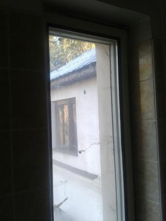 Bruntal, Republika Czeska: Pánská koupelna - výhled přes pavučiny v okně