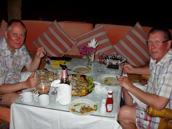 Coral Coast Hotel: Dining Al fresco