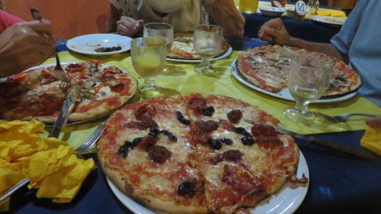 Parghelia, Italy: Pizzas bien garnies