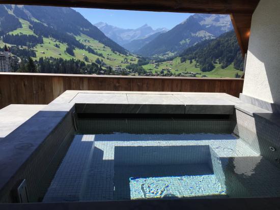 Гштаад, Швейцария: Jacuzzi in der Suite