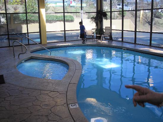 Baymont Inn & Suites Branson - On the Strip: La piscina y el jacuzzi
