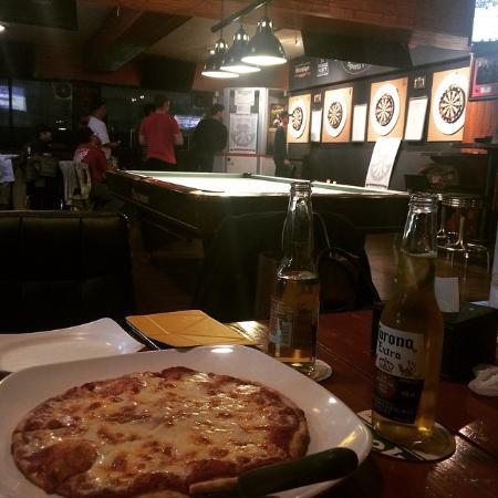Sin Bin Sports Pub: Pizza and a few Corona baby!!!!!!