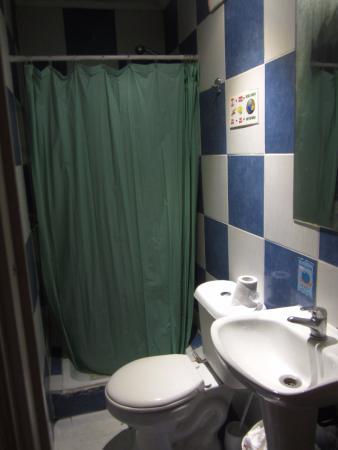 Hostel Lucia Suites: Banheiro sem ventilação, com cortina e sem apoio para produtos de limpeza.