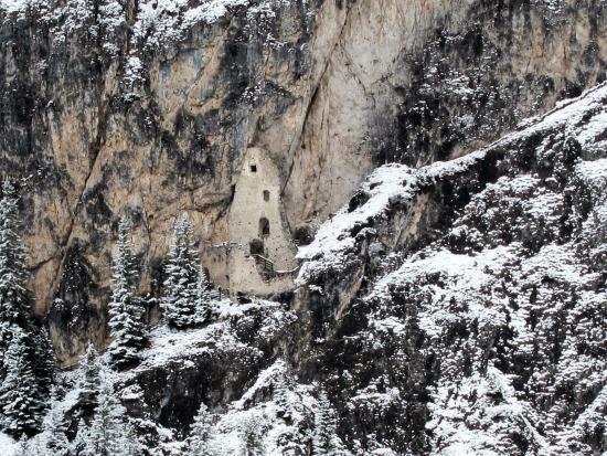 Scuola Sci Selva: Вид с учебной трассы на Старый замок в горе