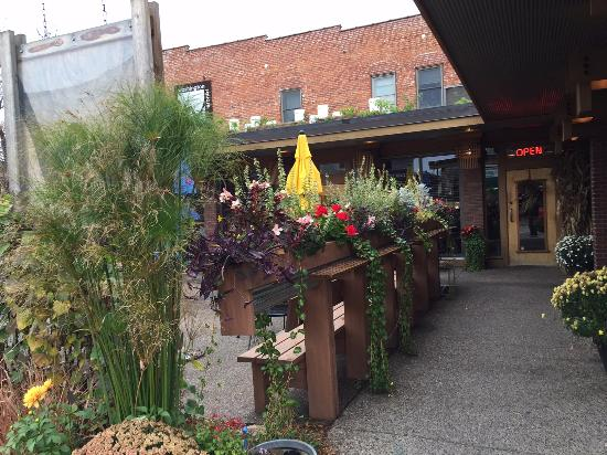 Washington Square Bar & Grill: Entry by outdoor dining