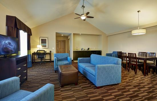 Hampton Inn Morgan Hill: Our suites are spacious, comfortable and convenient.