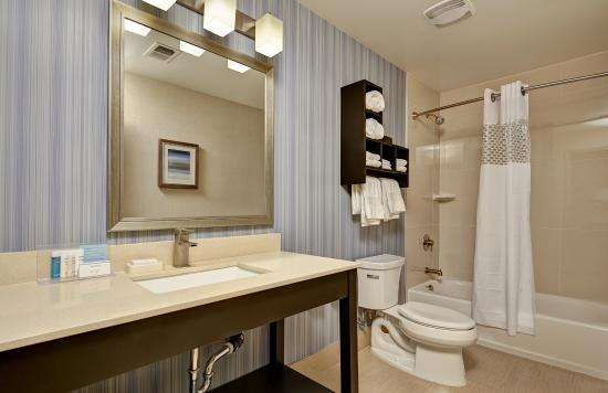 Hampton Inn Morgan Hill: Additional amenities include a curved shower rod.