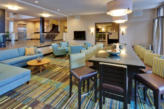Hampton Inn Morgan Hill: Relax and lounge in our dining area.