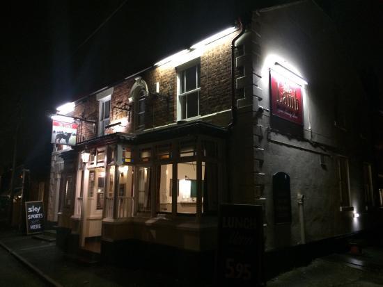 Willaston, UK: Frontage at night