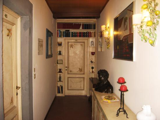 Panella's Residence: Outside cooridor to room 44