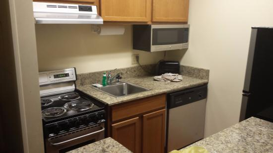 TownePlace Suites Milwaukee Brookfield: kitchen in room