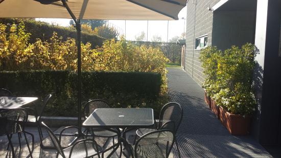 Tavolini esterni ingresso foto di monticello spa for Tavolini esterni
