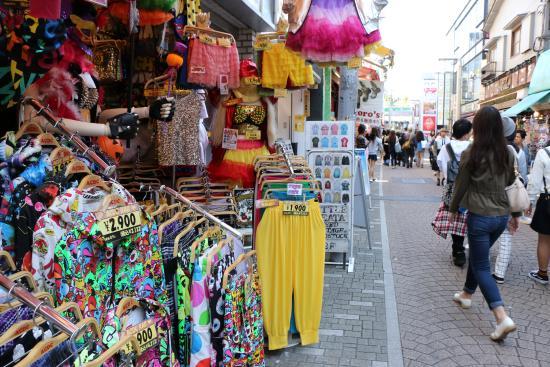 2ebe83650 Takeshita Street  grande maioria são lojas de roupas baratas