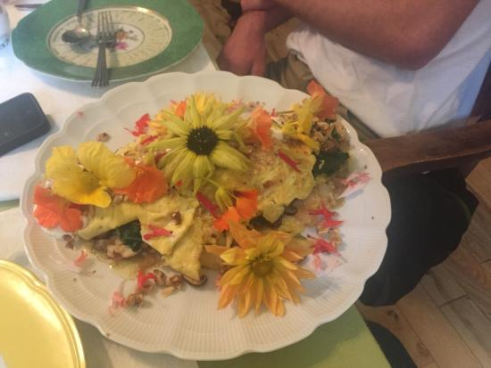 Hawk and Ivy B&B Retreat: Amazing omelet they made with edible flowers on top
