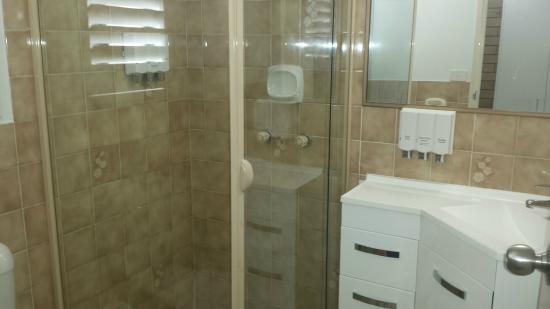 Chermside Motor Inn: Ensuite Bathroom