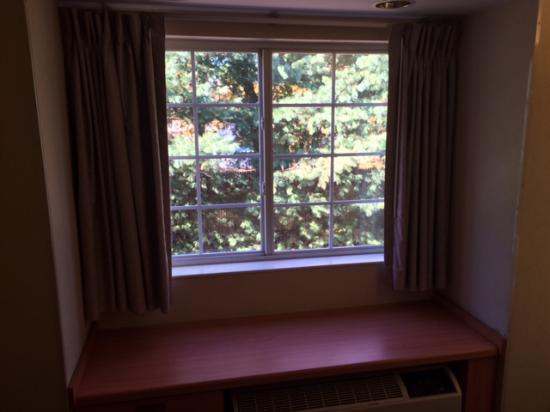 Microtel Inn & Suites by Wyndham Bethel: Missing Bay window bedding in 212