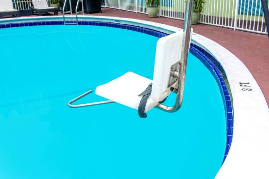 Travelodge Fort Lauderdale Beach: HANDICAPPED ACCESSIBLE POOL DEVICE
