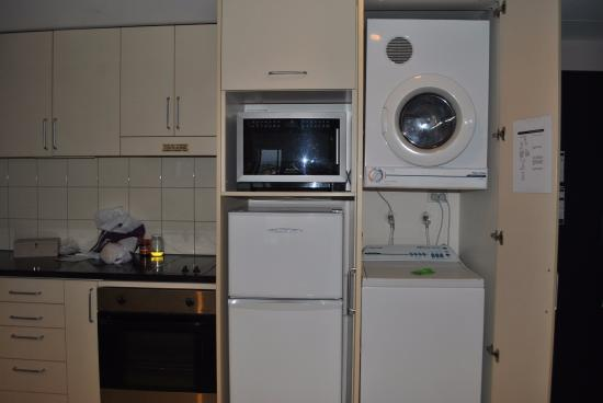 The Spencer on Byron Hotel: kitchen area and you also have the washing machine and driver