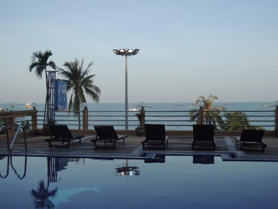 A A Pattaya Hotel: 4階のプール