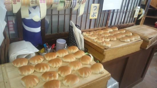 Tomonaga Panya : 約20種の焼き立てパンが並ぶ