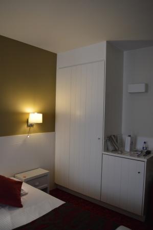 Hotel Acacia: Вместительный шкаф, мини-бар