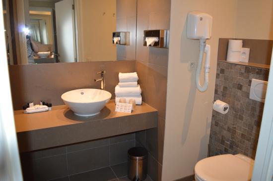 Hotel Acacia: Ванная комната