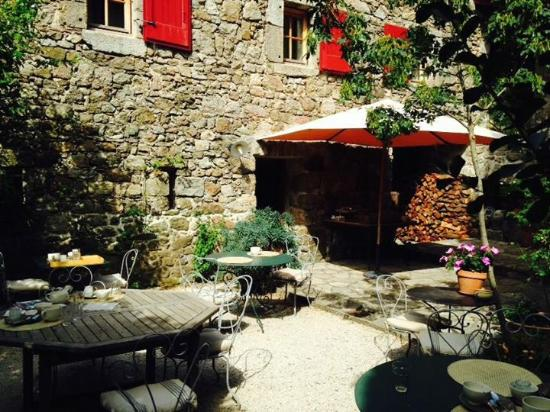 Le Mas de Prades : The stunning courtyard for breakfast