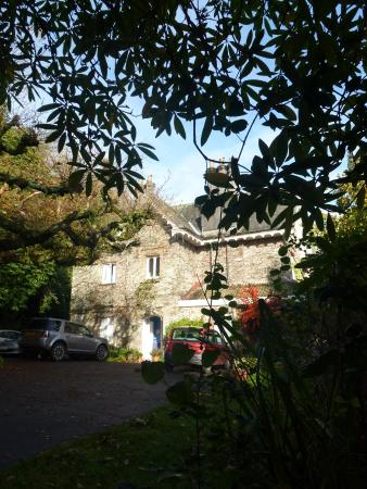 Loddiswell, UK: View of hotel and parking area