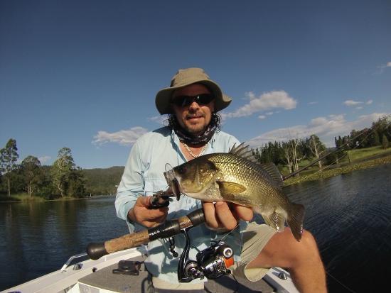 Federal, Avustralya: Lure Fishing for Australian Bass at Clarrie Hall Dam