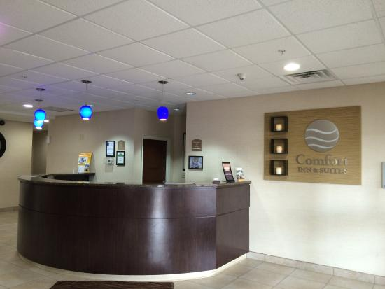 Comfort Inn & Suites: Registration Desk