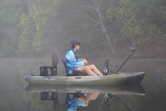 Federal, Australië: Kayak Bass Fishing in the Morning Mist