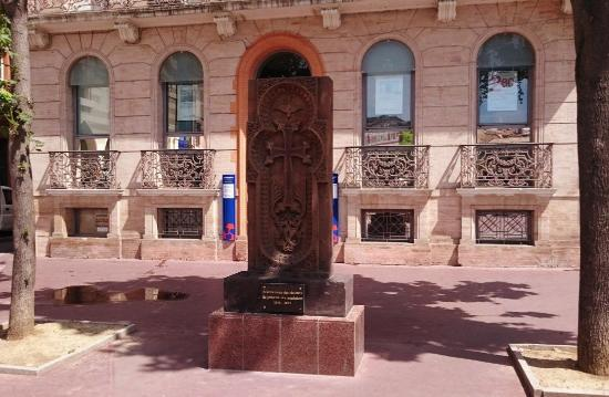 Best Western Hôtel les Capitouls : площадь Армении у стен отеля, вид на балкончики отеля