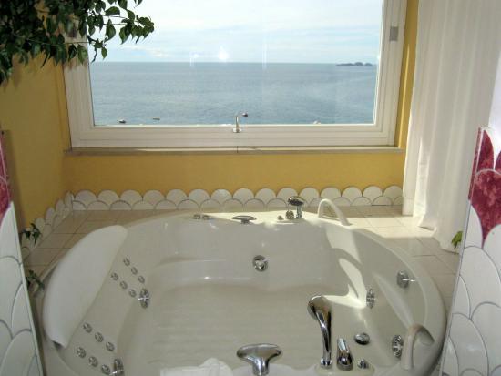Vasca Da Bagno Sotto Finestra : La vasca idromassaggio grande al bagno con finestra vista mare
