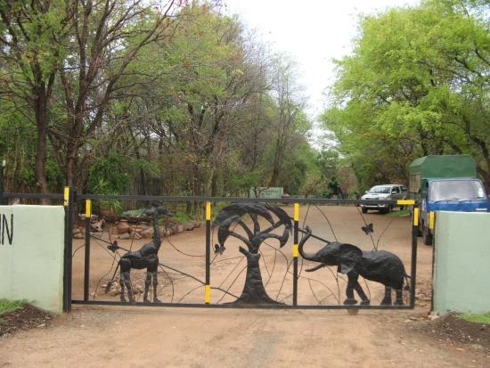 Maramba River Lodge: Gate that opens with a smile