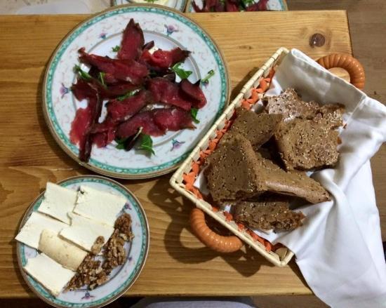 Usput: karpaco, dimljeni beli sir sa orahom, bezkvasni razeni hleb