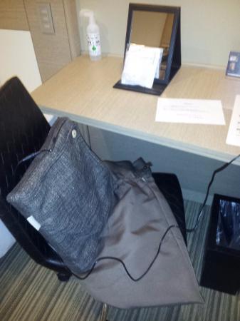 Viainn Higashi Ginza: Work desk with massage cusion