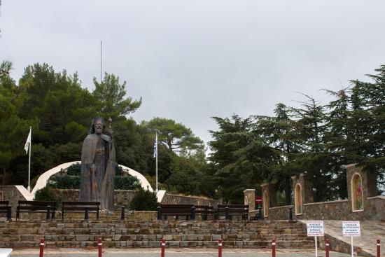 ‪Monument to The First President of Cyprus Archbishop Makarios III‬