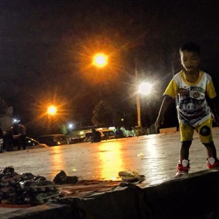 Tegal, إندونيسيا: Malam hari kalau tidak digunakan untuk wayangan, remaja memanfaatkan untuk latihan sepatu roda
