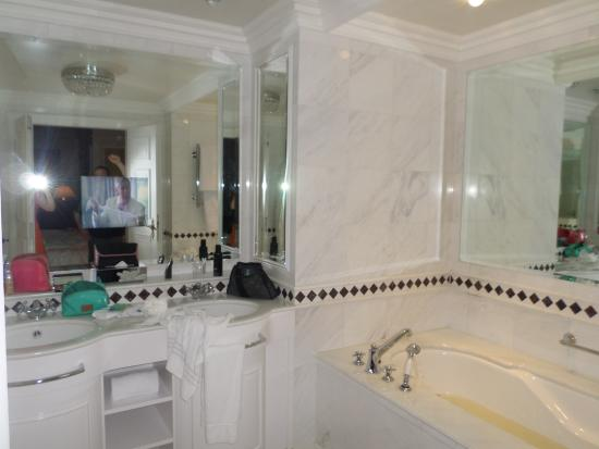 Powerscourt Hotel, Autograph Collection: The bathroom - their was a TV in the mirror!!!!