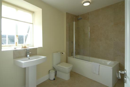 The Unicorn Hotel : Ensuite bathroom for apartsuite 1