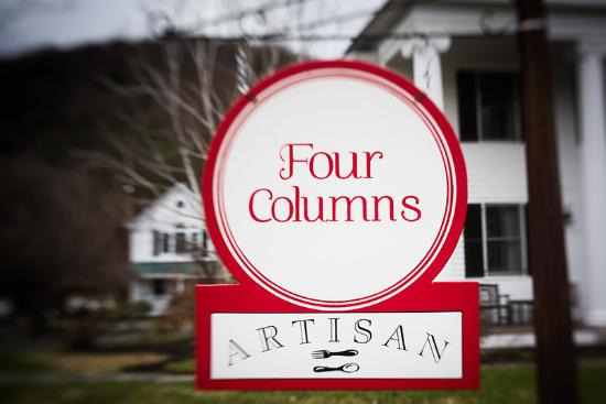 ‪‪Newfane‬, ‪Vermont‬: Four Columns Sign‬